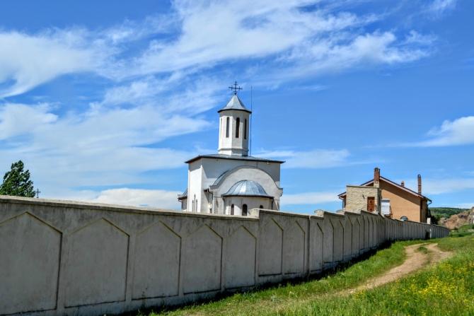 Manastirea Izvorul Tamaduirii - Măcin - muntele extraterestru de la malul mării