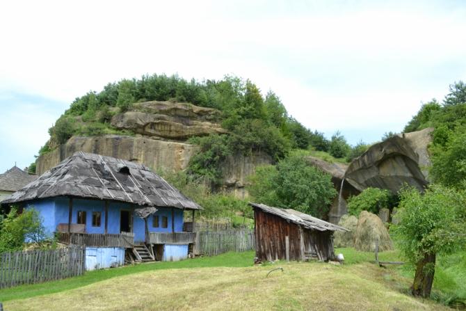 Casa albastră Jgheaburi 4 - Corbii de Piatră - biserica rupestră şi căsuţa din poveşti