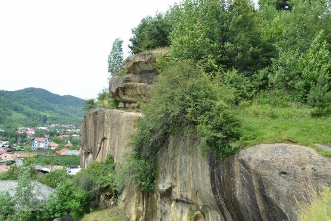 Casa albastră Jgheaburi 5 - Corbii de Piatră - biserica rupestră şi căsuţa din poveşti