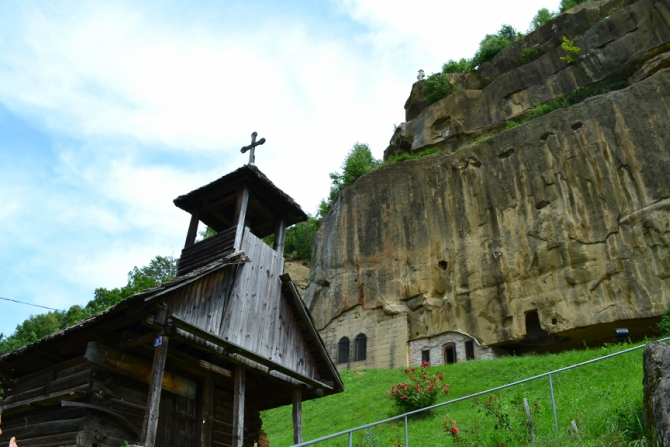 Corbii de Piatră 1 - Corbii de Piatră - biserica rupestră şi căsuţa din poveşti