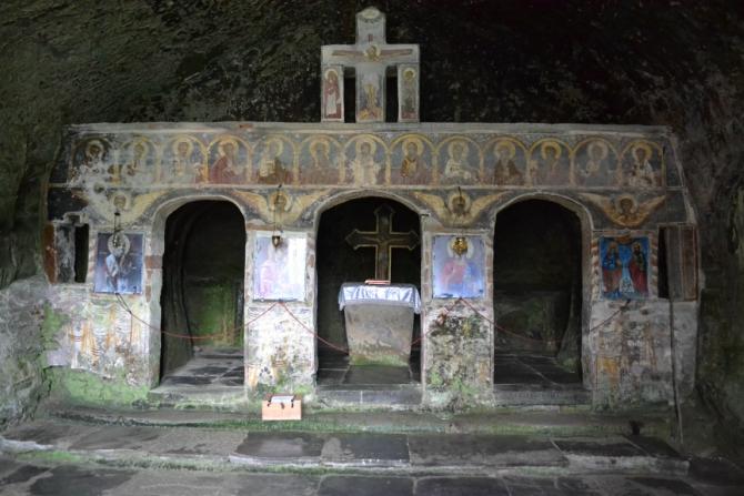 Corbii de Piatra 4 - Corbii de Piatră - biserica rupestră şi căsuţa din poveşti
