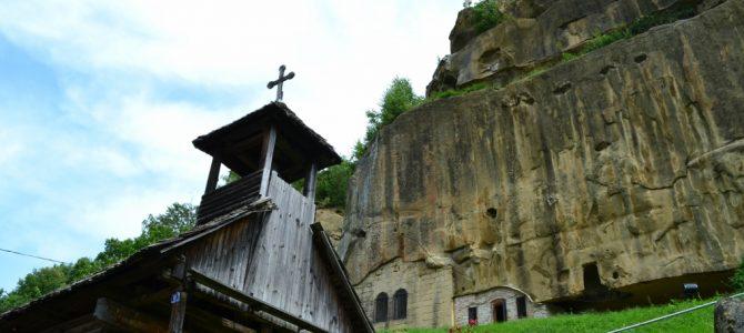 Corbii de Piatră – biserica rupestră şi căsuţa din poveşti